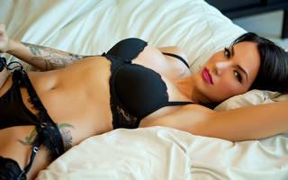 Menina erótica com tatuagem.
