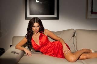 Georgia Salpa em um vestidinho vermelho posando em fotos de alta definição.