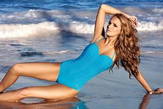 Foto de figuras femeninas en la playa